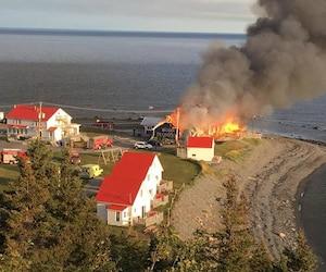 Un incendie a complètement détruit le Théâtre de la Vielle Forge de Petite-Vallée en Gaspésie mardi matin. Les communautés artistiques et politiques sont solidaires depuis.