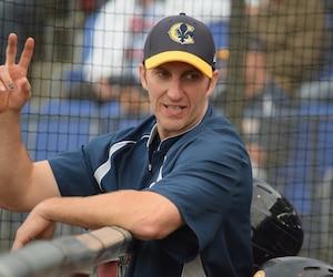 Coéquipier d'Éric Gagné avec les Capitales pendant quelques rencontres lors de la saison 2009, Patrick Scalabrini pourrait maintenant affronter le récipiendaire du trophée Cy-Young dans la Ligue nationale de baseball en 2003 avec les Dodgers de Los Angeles en tant que gérant.