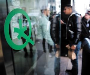 L'économiste Germain Belzile croit que le gouvernement du Québec devrait instaurer une taxe sur les produits du cannabis à l'instar des produits du tabac et laisser la vente et la distribution au secteur privé.