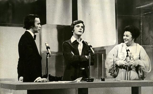 Gala du plus bel homme du Canada, le gagnant Pierre Lalonde, entouré de Jacques Fauteux et Lise Payette.17 février 1974PHOTO RAYMOND BOUCHARD / LES ARCHIVES / LE JOURNAL DE MONTREAL