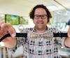 Le joaillier Robert Langlois montre fièrement un nœud papillon sur lequel se trouve une effigie du pont de Québec.