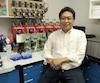 Le Dr Luis Agellon dans son laboratoire de l'Université McGill. Derrière, on peut voir un dispositif permettant de créer des excréments artificiels en vue d'autres recherches de l'École de nutrition sur le système digestif.