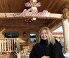 Nathalie Simard pose fièrement devant sa cabane alors qu'elle est en plein dans la préparation de la prochaine saison des sucres.