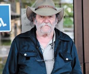 Bernard Gervais, 75ans, doit dormir sur un lit de camp depuis vendredi dernier à cause du manque de chambres d'hôtel dans la grande région d'Ottawa-Gatineau.