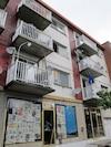 Un des suspects qui s'est rendu aux policiers vivait dans cet immeuble du boulevard Saint-Laurent depuis à peine quelques semaines.