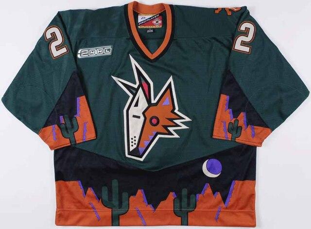 4. Rien de mieux qu'une face de Coyote écrasée, un agencement de couleurs qui donne envie de vomir, le tout plongé dans une équipe ordinaire dans une ville qui n'a rien à cirer du hockey, pour donner ce chandail d'une laideur immonde.
