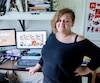 La bédéiste Boum dans son atelier où elle dessine sur papier ses Boumeries avant de les publier en ligne tous les lundi, mercredi et vendredi.