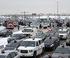 Des centaines de voitures de taxi ont pris d'assaut l'aéroport Montréal-Trudeau hier matin pour manifester bruyamment contre Uber. La tension a monté d'un cran entre les chauffeurs qui voulaient bloquer complètement l'accès à l'aéroport et ceux qui voulaient laisser la voie libre aux visiteurs.