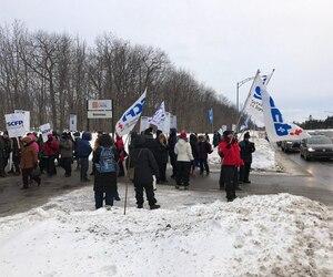 Les syndiqués ont sorti les piquets de grève dès 7 h 30 jeudi matin, en raison de l'échec des négociations entre les employés et l'administration.