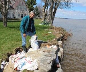 Les vagues du fleuve Saint-Laurent ont laissé des trous sur les rives à la hauteur de Bastican, que Raymond Rivard se charge de colmater pour limiter l'érosion.