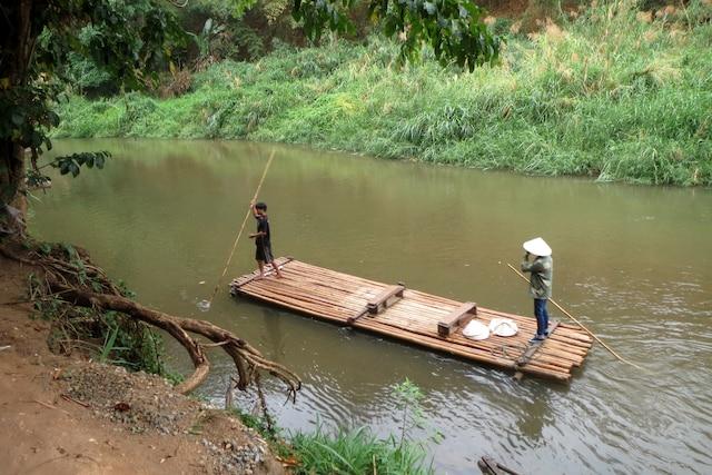 Descente en radeau de la rivière Mae Ping,  non loin de la frontière de la Birmanie.