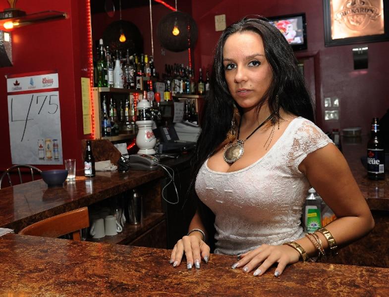 Deux filles de bar qui savent utiliser leur bouche 2