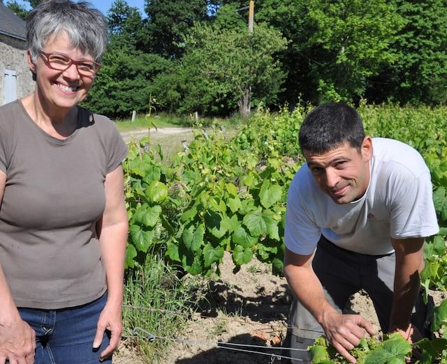 Françoise Landron-Chartier et Benoît Landron, dans la vigne familiale, à Ligné.