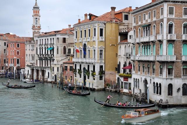 Le Grand Canal de Venise, près du pont du Rialto.
