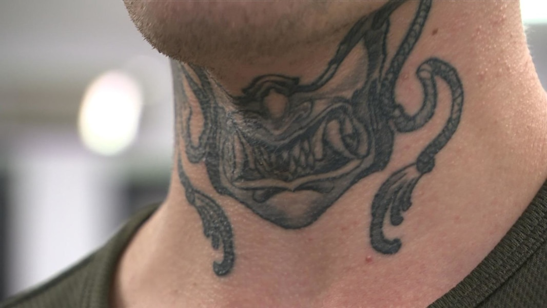 La Mode Des Tatouages Visibles Aux Mains Au Cou Et Au Visage Peut