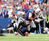 Le quart-arrière des Bills Josh Allen a dû quitter le match au quatrième quart afin d'être évalué dans le cadre du protocole des commotions cérébrales, après un dur coup à la tête porté par Jonathan Jones.