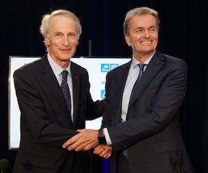 Jean-Dominque Senard, président exécutif du groupe Michelin, accompagné de Pierre Marcouiller, président exécutif du conseil d'administration de Camso Inc.