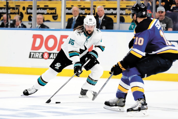 Le défenseur des Sharks de San Jose, Erik Karlsson n'est pas à 100% de ses capacités. Aide-t-il vraiment son équipe dans ces conditions?