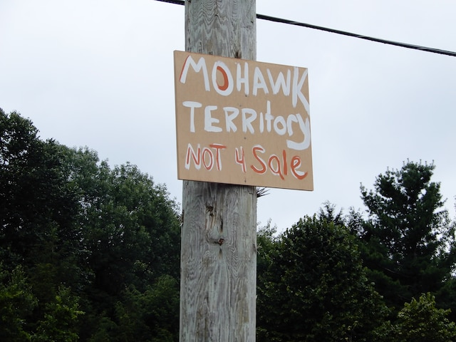 Les Mohawks ont apposé des pancartes à côté des terrains controversés.