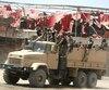 Des soldats irakiens escortent un véhicule évacuant des civils hors de la ville de Mossoul, dans laquelle ont lieu de violents combats les mettant en grave danger.