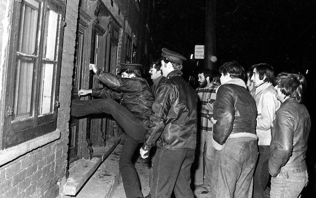 3. Les policiers défoncent les portes pour évacuer les habitants endormis.
