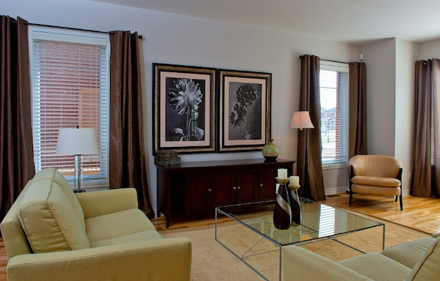 Au-delà du hall d'entrée, le foyer s'ouvre sur un salon à la fenestration très généreuse. Deux fenêtres de côté s'ajoutent à la grande fenêtre avant, donnant sur la rue.