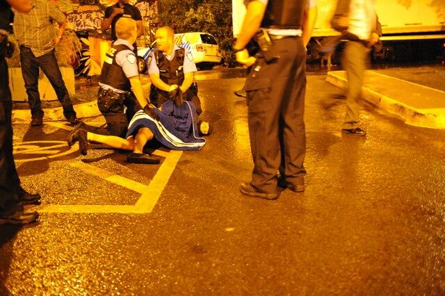 Alors qu�elle livrait son discours de la victoire, Pauline Marois a �t� contrainte de quitter la sc�ne, escort�e par ses gardes du corps, le mardi 4 septembre 2012, � l�ext�rieur du M�tropolis. Un homme arm� qui se trouvait devant le M�tropolis � Montr�al a rapidement �t� maitris� par les autorit�s. Un incendie s'est ensuite d�clench� � l'arri�re du M�tropolis. MAXIME DELAND/AGENCE QMI
