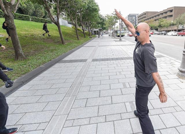 Un homme a fait le salut nazi devant les contre-manifestants qui s'en sont ensuite pris à lui.