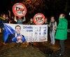 Des militants anti-CETA encouragent la Wallonie.