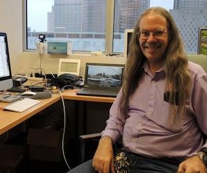 Autiste Asperger, Georges Huard a connu plusieurs échecs professionnels en sortant de l'université, avant de finalement trouver un emploi tout désigné pour lui comme technicien en informatique au département des Sciences de la Terre et de l'atmosphère à l'UQAM.
