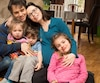 Sandra Griffin et Josué Fortin avec trois de leurs quatre enfants. M.Fortin est mort subitement il y a deux semaines durant une course de 14km, avant que la famille ne puisse poser ensemble avec leur quatrième enfant, qui a maintenant 3 mois.