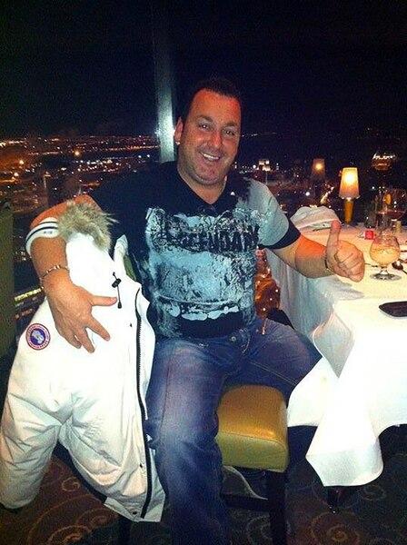 Denis Francoeur a profité de la vie pendant que certains de ses clients qu'il a floués éprouvaient d'importants problèmes financiers, comme le démontrent ces photos déposées au dossier des petites créances. Il roulait notamment en Ferrari et en moto.