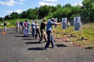 En Ohio, cet été, des dizaines de professeurs ont suivi un programme d'entraînement de trois jours offert gratuitement par la Buckeye Firearms Association.