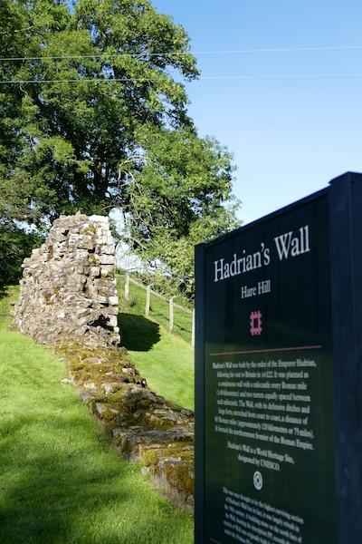 Le mur d'Hadrien, dans le nord de  l'Angleterre, a été construit par les  Romains entre l'an 122 et 127 de  notre ère.