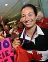 Marie-Ève Nault exhibait fièrement sa médaille de bronze à son arrivée à l'aéroport Jean-Lesage.
