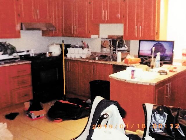 Personne n'habitait dans cette maison, dont la cuisine était dans un état lamentable.