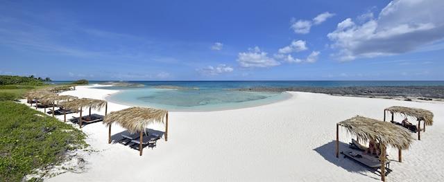 Une petite baie isolée forme une plage intime, où les visiteurs nagent avec les poissons tropicaux. L'endroit est idéal pour la plongée.