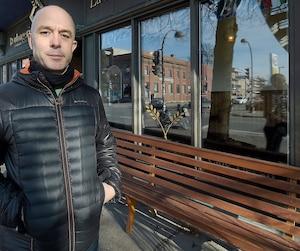 Patrick Nisot pose devant l'une des trois succursales de Québec de La Boîte à pain.