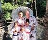 François Massicotte entouré de sa famille au Japon.