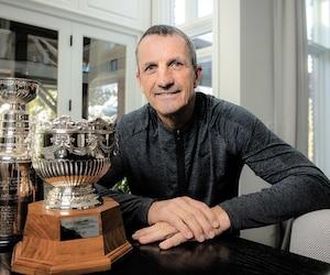 Guy Carbonneau conserve à sa résidence des répliques des trophées qu'il a remportés au cours de sa carrière. Il a soulevé la Coupe Stanley à trois reprises, en plus de recevoir le trophée Frank J. Selke à trois occasions également.