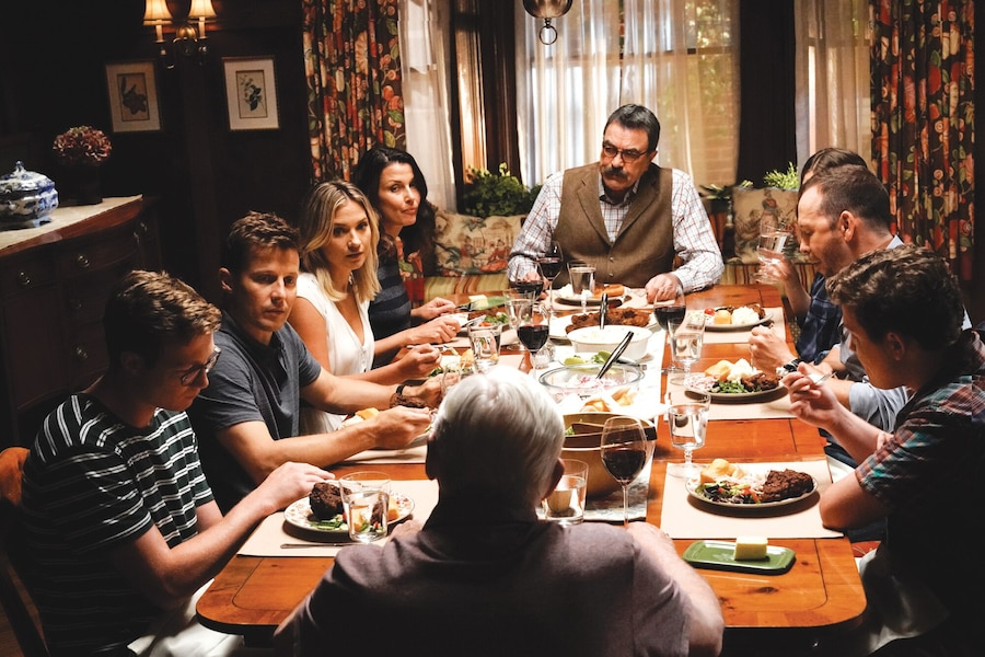 Tom Selleck, Donnie Wahlberg, Bridget Moynahan, Will Estes, Len Cariou, Marisa Ramirez, Vanessa Ray et Lou Diamond Phillips dans une des fameuses scènes de souper de famille.