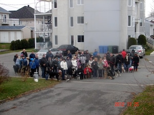Le 24 novembre dernier, des clients du Loft des quatre pattes ont manifesté devant la maison de la mairesse pour dénoncer la poursuite judiciaire.
