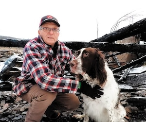 La grande à bois de Charles Choquette, 61 ans, a été complètement rasée par les flammes. On le voit ici avec son chienChoco.