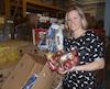 Geneviève Côté directrice de Moisson Estrie mets tout en œuvre pour accepter tous les dons de nourriture, mais elle doit quand même en refuser.