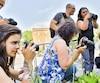 Des adultes s'initient à la photographie lors d'un cours de photo d'été de l'École d'été des arts et métiers d'Art de Mont-Laurier.