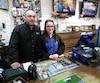 Le copropriétaire du Marché du village à Ange-Gardien, Yuhan Roy (à gauche) en compagnie de la caissière Rebecca Jacquelin (à droite) qui a fait la transaction du groupe de Lotto Max gagant de 60 M$.