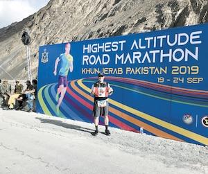 Patrick Arsenault n'a pas négligé de prendre une photo avec le drapeau canadien à l'arrivée du marathon.