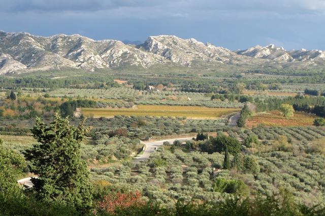 Le contrefort de la chaîne des Alpilles surplombant la campagne et ouvrant une large vue vers Arles et la Camargue.