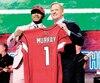 Kyler Murray, tout sourire, pose en compagnie du commissaire de la NFL Roger Goodell, après avoir été le tout premier choix du repêchage, hier soir.