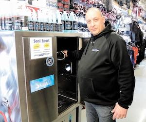 L'assistant-gérant François St-Pierre du Sport aux puces de L'Ancienne- Lorette s'assure que chacune des pièces ayant appartenu à des clients se retrouve dans la machine à l'ozone.
